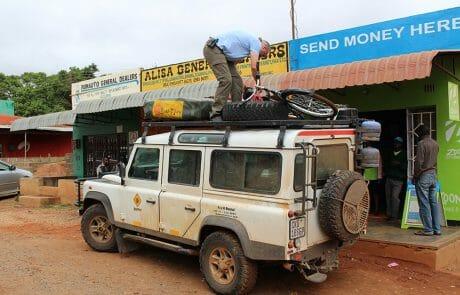 BuffaloBike Kauf in Zambia für unseren Wasserwärter Johanna