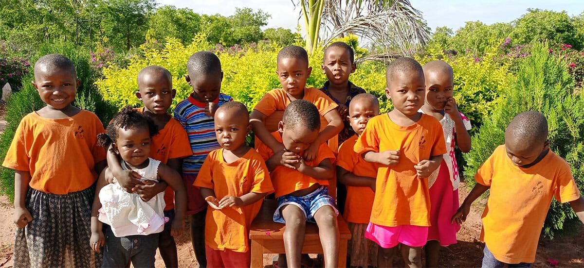 Kinder in SBS Kleidung