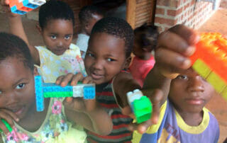 Kinder mit Lego