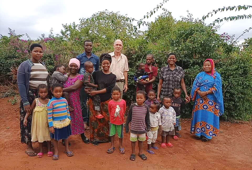 Dr Hellmold bringt die Brüder ins Mafiri Dorf